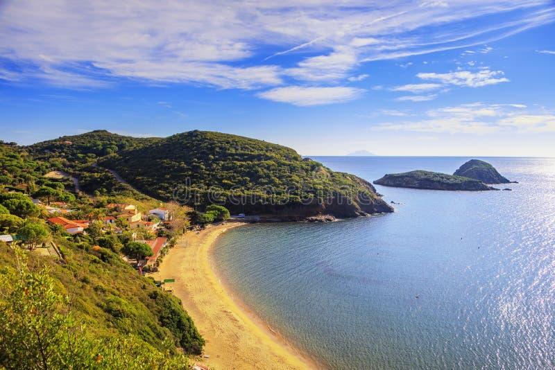 Elba ö-, Innamorata strand- och Tvillingarnaholmar beskådar Capoliveri arkivfoto