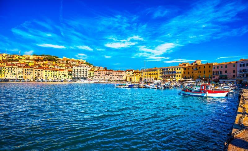 Elba ö, Portoferraio byhamn och horisont Tuscany, fotografering för bildbyråer