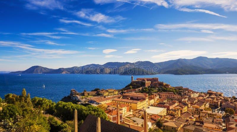Elba ö, Portoferraio flyg- sikt Fyr och fort Tusc royaltyfri foto