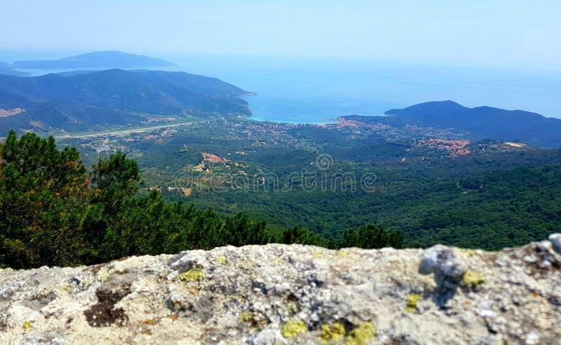 Elba Mountains e o mar em Toscânia, It?lia fotografia de stock royalty free