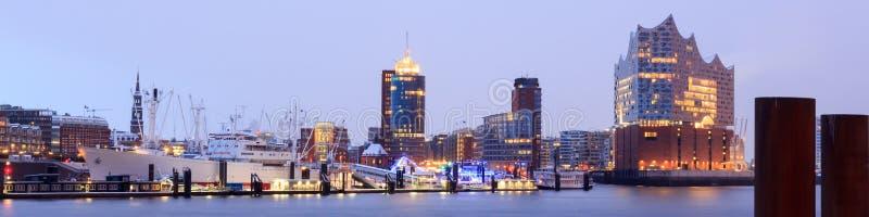 Elbe philharmonisches Hall Elbphilharmonie und Fluss-Elbe-Panorama im Winter am Morgen mit Schnee in Hamburg lizenzfreie stockbilder
