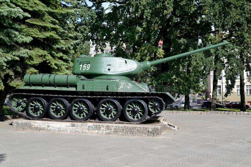 ELBLONG POLEN Den minnes- behållaren T-34 på en sockel i fyrkanten royaltyfri bild