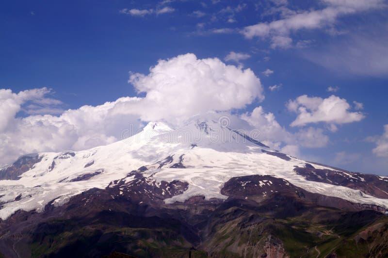 Elbrus是欧洲高山,在一个晴天 免版税库存照片