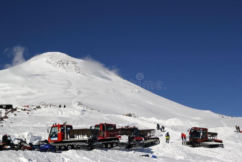 ELBRUS,俄罗斯- 2018年1月03日:山滑雪胜地Elbrus俄罗斯, snowcat 图库摄影