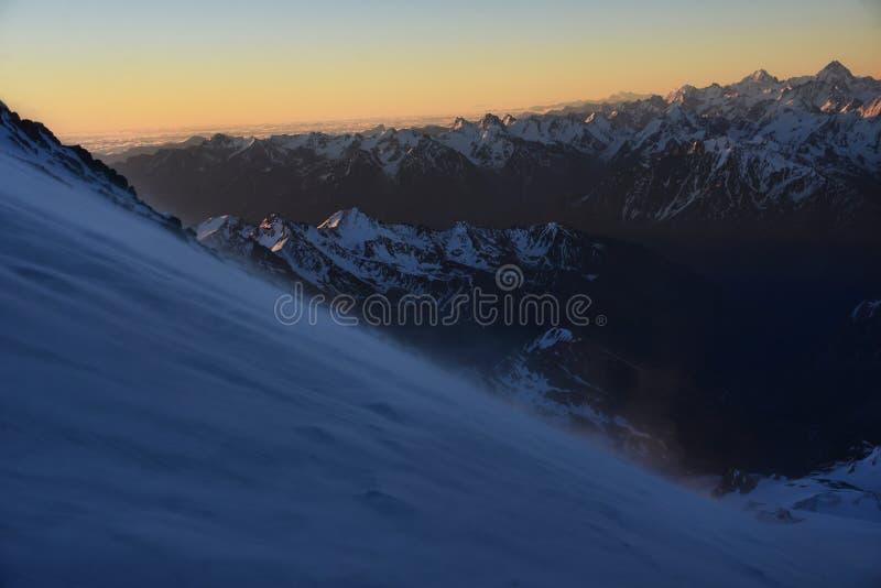 Elbrus από το νότο νωρίς το πρωί στοκ φωτογραφίες