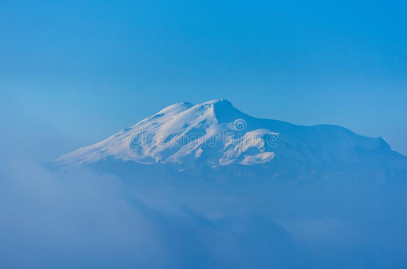 Elbrus στην ανατολή, την ομίχλη και τα σύννεφα στο πρώτο πλάνο Γόμμα-Bashi πέρασμα, βόρειος Καύκασος, Ρωσία στοκ εικόνες με δικαίωμα ελεύθερης χρήσης
