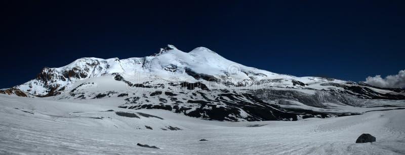 Elbrus in de avond royalty-vrije stock fotografie
