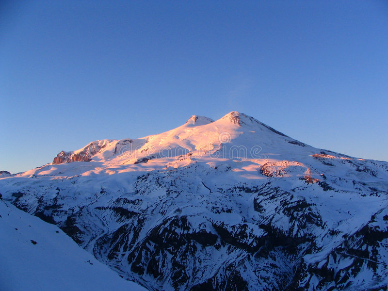 Elbrus in de de winteravond stock foto