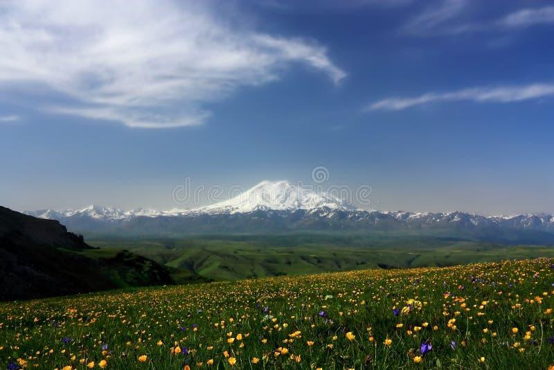 Elbrus en de Belangrijkste Kaukasische bergrand stock afbeeldingen