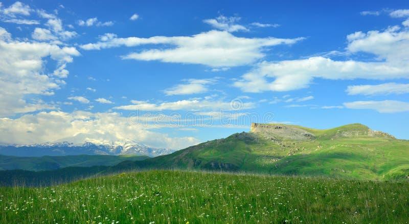 Elbrus i moln arkivfoton