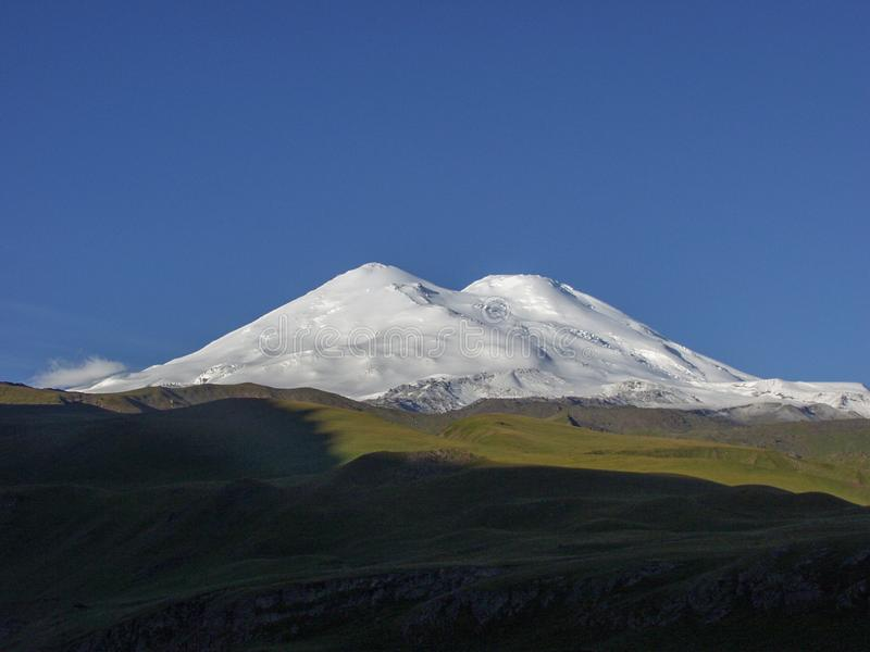 elbrus Lopp till de Kaukasus bergen i Kabardino-Balkaria royaltyfria bilder