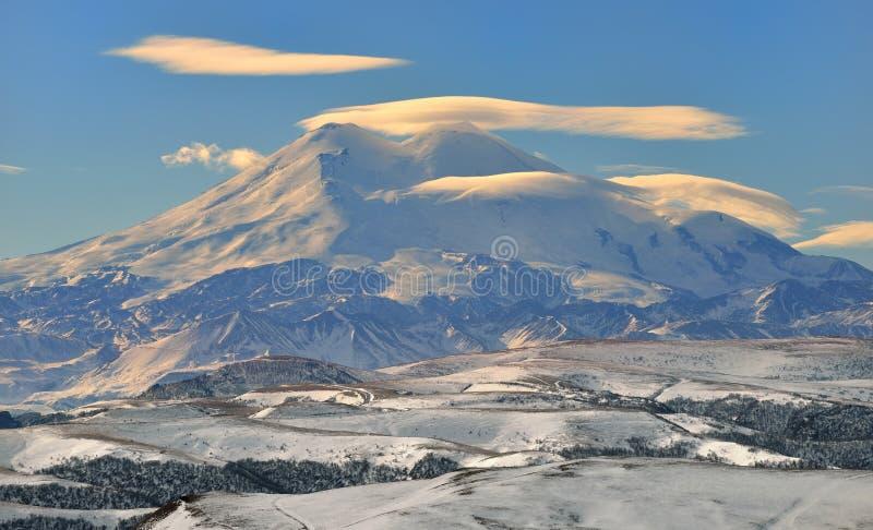 Elbrus och moln royaltyfri foto