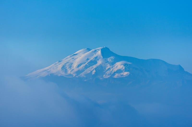 Elbrus przy wschód słońca, mgłą i chmurami w przedpolu, dziąsło przepustka, Północny Kaukaz, Rosja obrazy royalty free