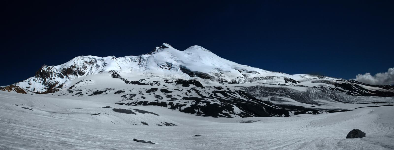 Elbrus in sera fotografia stock libera da diritti