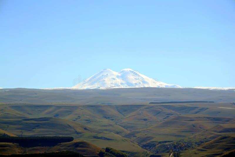 Elbrus - un picco nelle montagne di Caucaso, sulla frontiera fra la Russia e Georgia fotografia stock libera da diritti