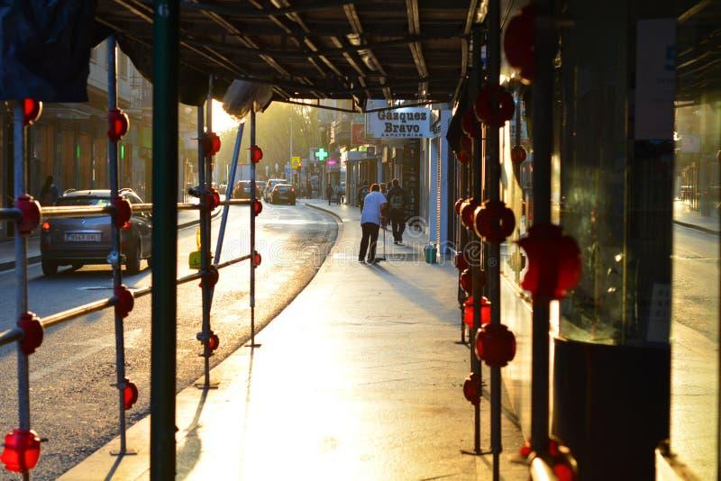 Elche, Alicante, Spanje straat in het centrum van de stad bij zonsopgang royalty-vrije stock afbeeldingen