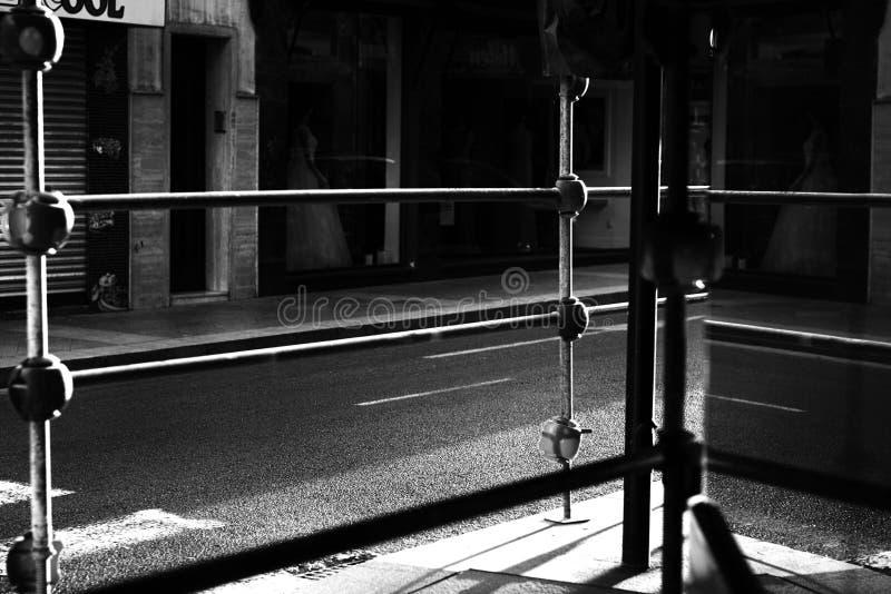 Elche, Alicante, Spanje straat in het centrum van de stad bij zonsopgang stock afbeelding