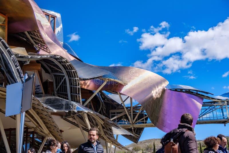 Elciego, à  lawa, Hiszpania Kwiecień 23, 2018: Aluminiowa struktura wino kolor ozdabia budynek projektującego architektem Frank  zdjęcia stock