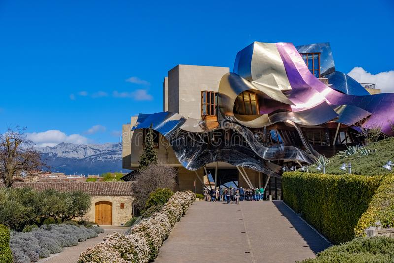 Elciego, à  lawa, Hiszpania Kwiecień 23, 2018: nowy budynek projektujący architektem Frank O Gehry, dla Hotelowych marqués De R obraz royalty free