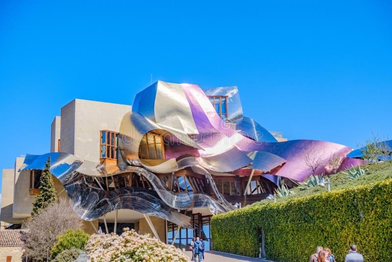 Elciego, à  lawa, Hiszpania Kwiecień 23, 2018: nowy budynek projektujący Kanadyjskim architektem, Frank O Gehry, i który mieści  zdjęcia royalty free