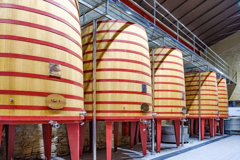 Elciego, lava del  de Ã, España 23 de abril de 2018: El interior de una bodega del Rioja llamó a Marqués de Riscal con los barr imagen de archivo libre de regalías