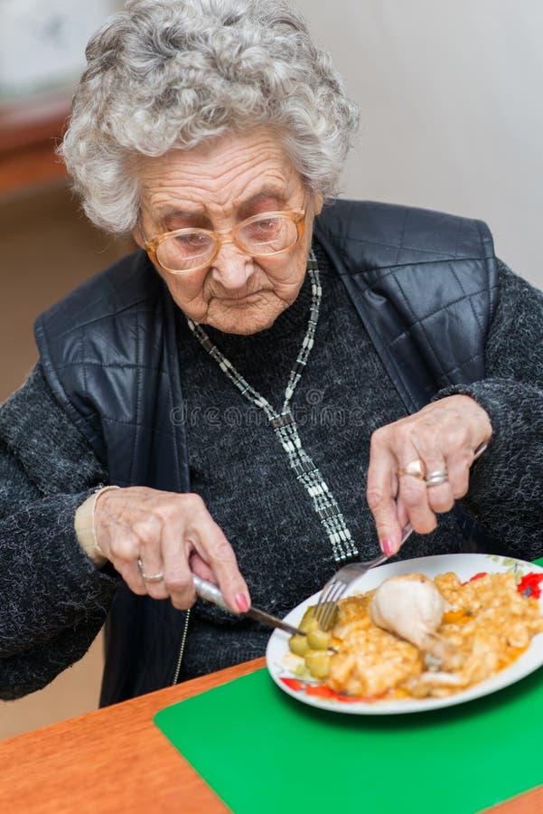 Eldelryvrouw het eten royalty-vrije stock fotografie