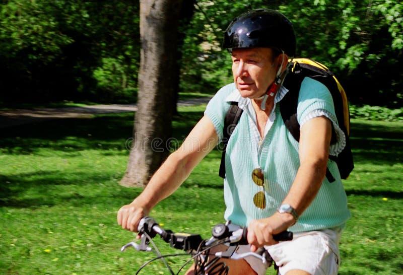 Download Elder czynna obraz stock. Obraz złożonej z rowery, target156 - 138219