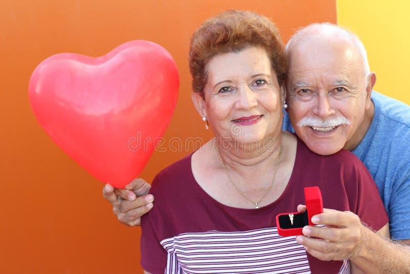 Elder Hispanic Mann stellt die Frage stockbilder