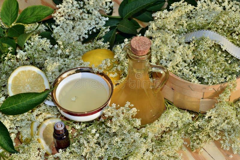 Elderflower糖浆和油 免版税库存图片