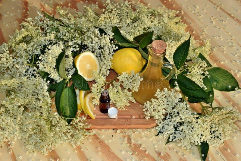 Elderflower糖浆和油 免版税库存照片