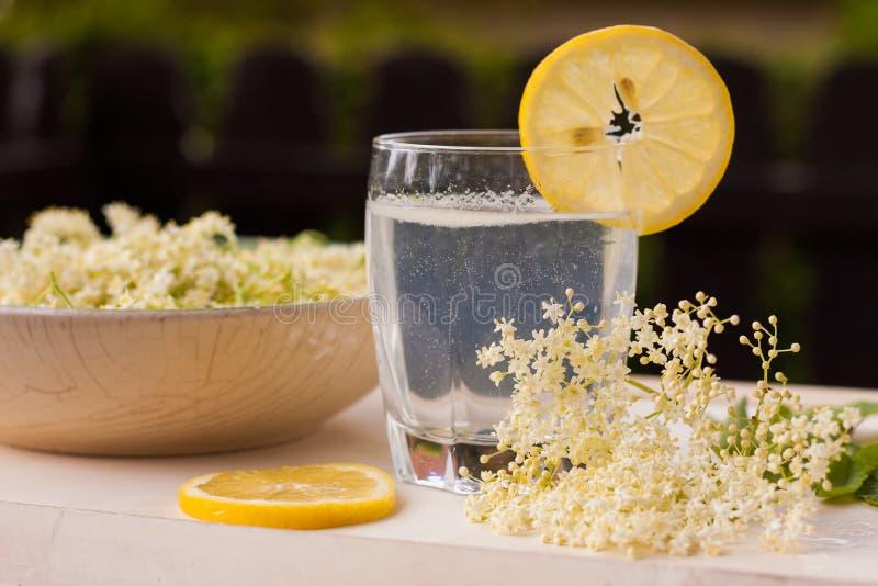 Elderflowers выбранные рукой с украшением стоковая фотография