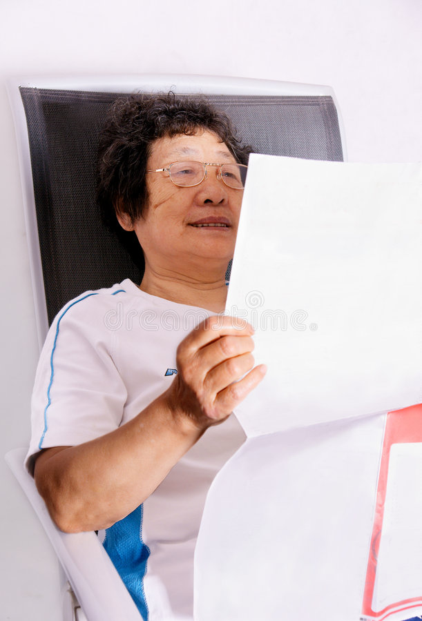 Free Elderly Lady Reading Newspaper Royalty Free Stock Photos - 9032568