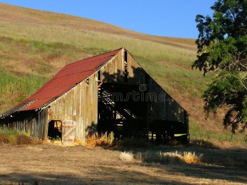 Elderly Roadside Barn in Palouse Hills, WA royalty free stock photos