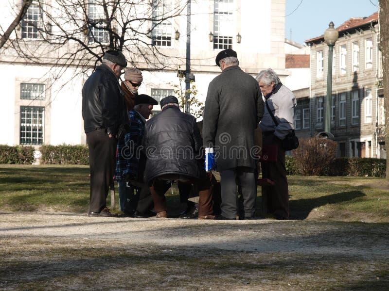 Eldery人在庭院的戏剧卡片 免版税库存照片