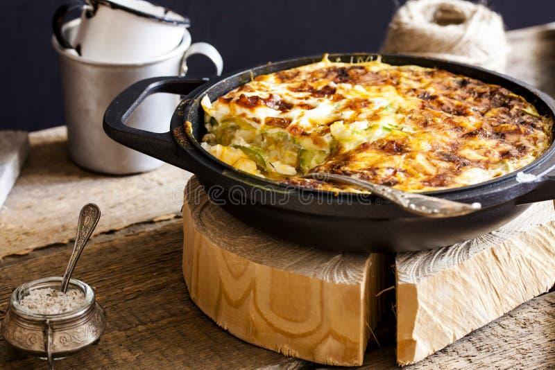 Eldfast form av ris, grönsaker och zucchinin fotografering för bildbyråer