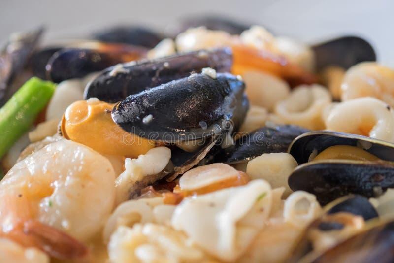 Eldfast form för havsmat: Musslor, räka, calamari, vitt vin, smör, sherry, krabbor och örter royaltyfri foto