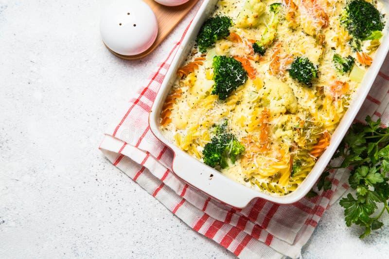 Eldfast form från pasta och grönsaker, i att baka maträtten royaltyfria foton