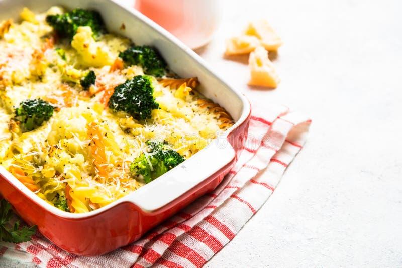 Eldfast form från pasta och grönsaker, i att baka maträtten royaltyfri foto