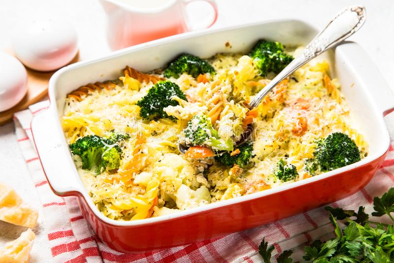 Eldfast form från pasta och grönsaker, i att baka maträtten royaltyfria bilder