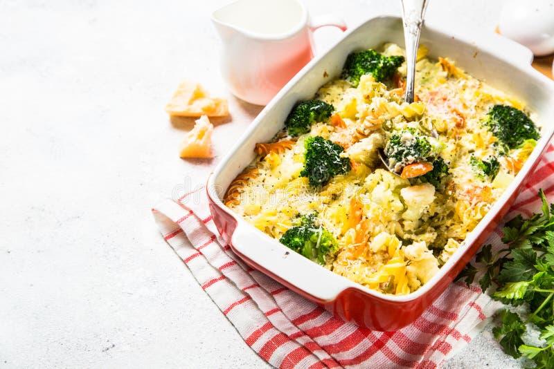 Eldfast form från pasta och grönsaker, i att baka maträtten fotografering för bildbyråer