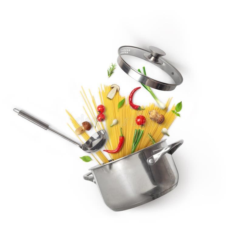 Eldfast form med pasta och grönsaker med champinjoner royaltyfri foto