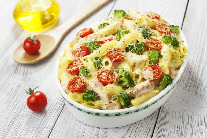 Eldfast formpasta med höna och broccoli royaltyfria foton