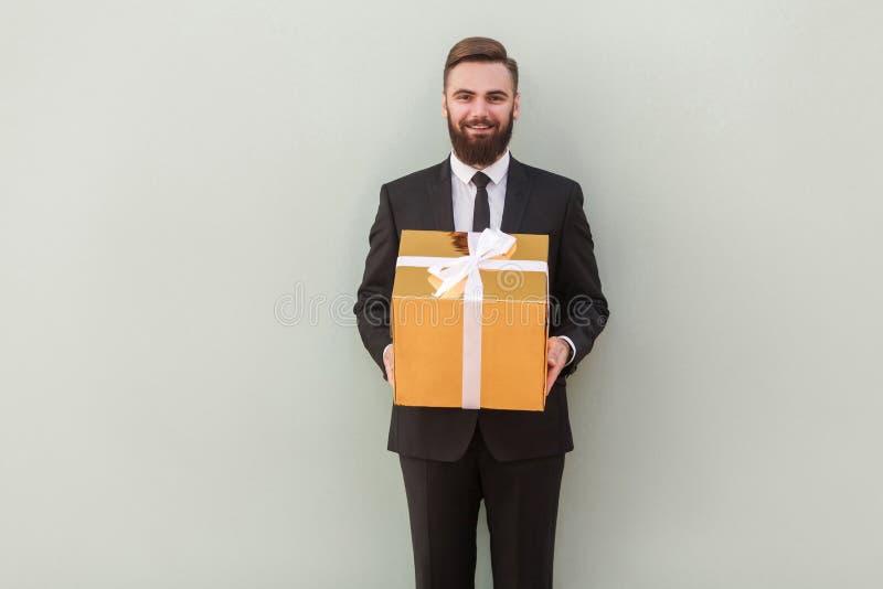 Ele caixa de presente do ` s para você! O banqueiro do sucesso dá um presente fotografia de stock