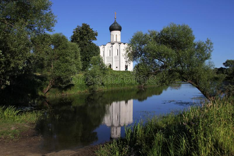 Ele igreja de pedra branca da intercess?o da m?e a mais santamente do deus em Nerli o s?culo XII situado em um prado pr?ximo imagens de stock