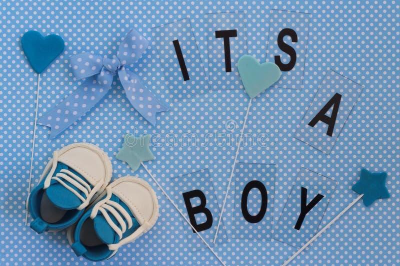 Ele ` s um menino! Anúncio do bebê Fundo recém-nascido fotografia de stock royalty free