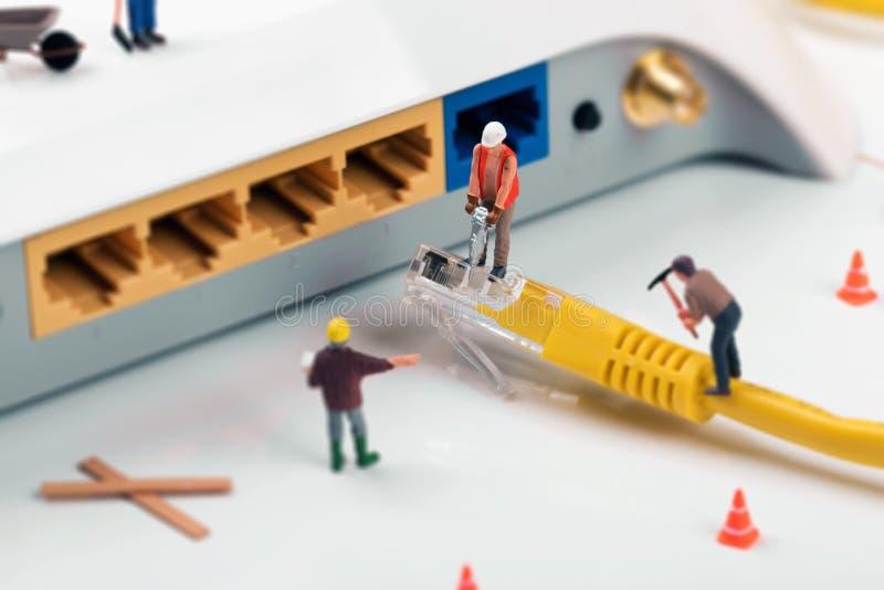 Ele serviços de assistência trabalhadores que reparam a conexão a Internet imagens de stock