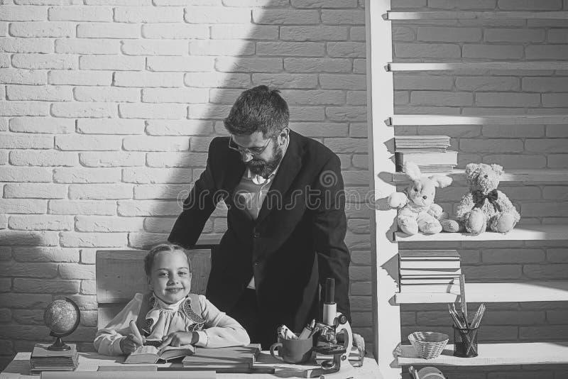 Ele tempo do ` s ir à escola Educação e conceito do relacionamento de família Estudante e seu paizinho imagem de stock royalty free
