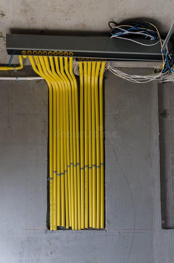 Electicalsysteem op muur met pvc-pijpen royalty-vrije stock foto