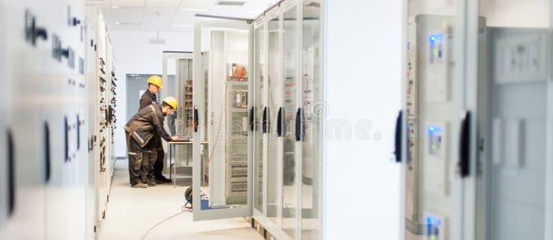 Electrónica o inspección de la prueba del equipo del servicio de campo eléctrica imagen de archivo