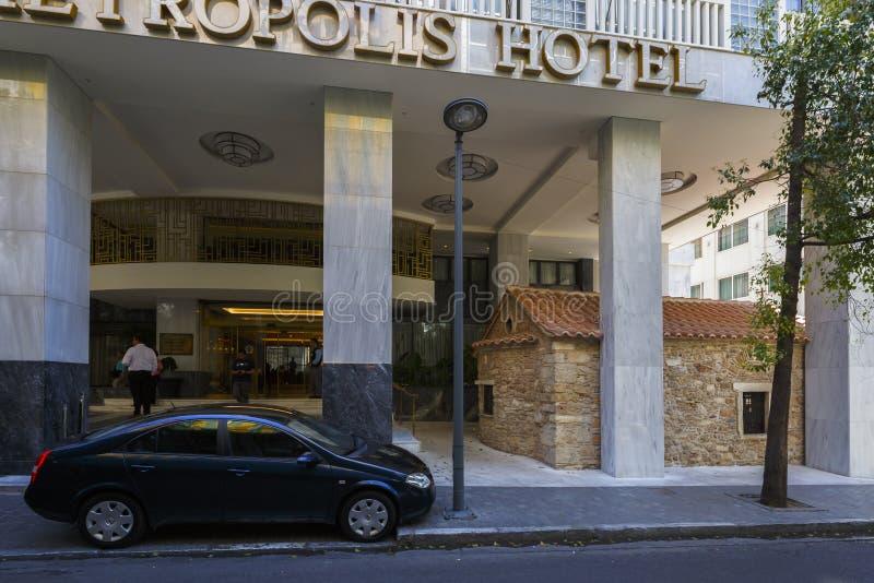Electra Metropolis Hotel e uma igreja pequena fotos de stock